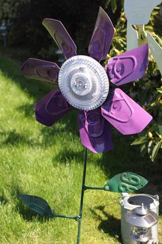 A metal flower I made out of a old truck clutch fan, some rebar, and some old license plates. Recycled Garden Art, Metal Garden Art, Glass Garden, Diy Garden Projects, Metal Projects, Garden Crafts, Welding Projects, Tin Flowers, Faux Flowers