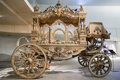 La innovación del coche fúnebre tirado por caballos se atribuye a Inglaterra en el año de 1894. El desarrollo de este es tan interesante como el origen mismo de la palabra. Cuando los reyes británicos del siglo XVI eran sepultados sus imágenes de cera, las ubicaban sobre tumbas debajo de un pesado doset, (carroza o vehículo. que protegía la efigie del monarca meses después de ser sepultado. Ese significado inicial en el que las palabras coche o carroza fúnebre han llegado a utilizarse hasta…