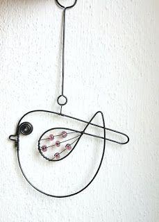 Ptáček fialkový na přání Wire Crafts, Metal Crafts, Wire Wrapped Jewelry, Wire Jewelry, Stylo 3d, Wire Ornaments, Wire Flowers, Creation Deco, Chicken Wire
