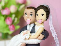 Biscuikis | Noivinhos para topo de bolo | Cris Dias Zombie Wedding Cakes, Ceramic Boxes, Halloween Cakes, Clay Dolls, Clay Creations, Wedding Cake Toppers, Cake Art, Fondant, Wedding Gifts