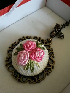 Complete Your Elegance with Brazilian Craft and Cross-stitch Accessories - Stickerei Ideen Bullion Embroidery, Silk Ribbon Embroidery, Embroidery Hoop Art, Hand Embroidery Designs, Embroidery Stitches, Embroidery Patterns, Purple Hands, Sewing Art, Ribbon Work