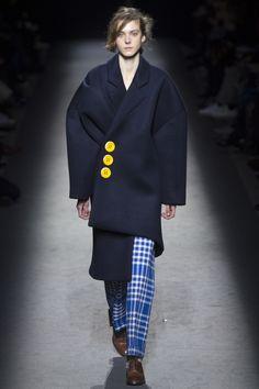 Jacquemus Fall 2016 Ready-to-Wear Collection Photos - Vogue Fashion Details, Love Fashion, Fashion Show, Autumn Fashion, Fashion Design, Fashion Week, Runway Fashion, Womens Fashion, Paris Fashion