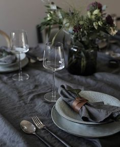 A moody, atmospheric Nordic Christmas table setting with ruffled dark grey linen tablecloth and napkins tied with brown leather Deco Table Noel, Grey Table, Christmas Table Settings, Nordic Christmas, Decoration Table, Dinner Table, Dining Area, Wedding Table, Tablescapes