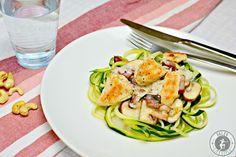 Die Paleo Zucchini-Nudeln mit Champignons und Speck in einer Knoblauch-Sauce sind gesund, lecker und schmecken wie beim Italiener.