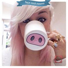 Louças brancas podem ser divertidas! Faça você mesmo pintura em forma de nariz de porquinho no fundo da caneca. As crianças vão adorar!