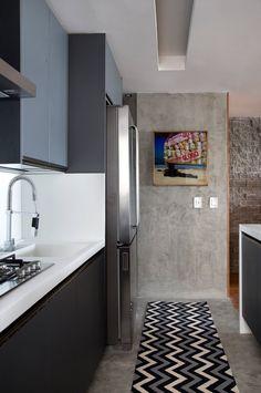 Apartamento pequeno e integrado se renova com revestimentos e boas ideias de marcenaria