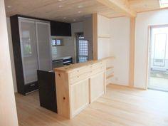 桧と漆喰のリビングに最新のキッチン(桧の太い梁のある家)奈良県橿原市・木の家・秦建築