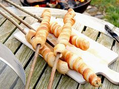 Stockbrot – das beste Rezept Stick bread is part of the barbecue or for the campfire easy. With our recipe the stick bread dough succeeds completely without yeast – simply and so well! Camping Desserts, Desserts For A Crowd, Healthy Dessert Recipes, Fruit Recipes, Healthy Foods To Eat, Yummy Snacks, Healthy Smoothies, Smoothie Recipes, Healthy Snacks