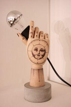 """Lampe """"Moon"""" en bois tatouée sur socle béton, objet unique!"""