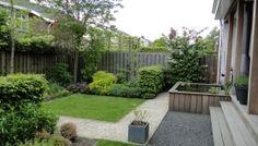 Strakke tuin met gras en vijver