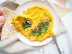 Hummus z červené čočky: Kdyby mi to nebylo blbý, tak jím hummus klidně každej den! Naprosto jsem si chuť týhle pomazánky zamilovala. Dělám ho na různý způsoby, podle toho, co mám zrovna doma a vždycky si strašně pochutnám. Základem jídla je sezamová pasta tahini, která se dá koupit buď hotová nebo si ji můžete jednoduše …