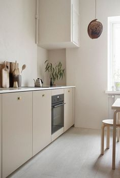 45 Awesome Modern Scandinavian Kitchen Ideas including this lovely neutral kitchen in a simple design with base units in a beige, and simple wooden seating Home Decor Kitchen, Home Kitchens, Kitchen Ideas, Kitchen Layout, Kitchen Pics, Kitchen Decorations, Cottage Kitchens, Ikea Kitchen, Home Interior