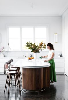 Warm timber wrapping the curved island bench in modern white kitchen. Curved Kitchen Island, Timber Kitchen, Kitchen Island Bench, Kitchen Benches, Old Kitchen, Kitchen Decor, Kitchen Ideas, Kitchen Trends, Beautiful Kitchen Designs