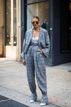Street Style New York Fashion Week Spring a must have of this year is a pair of Ray-Ban aviator: check it out at Street Looks, Look Street Style, Street Style 2017, Model Street Style, Street Chic, Fast Fashion, Look Fashion, Street Fashion, Runway Fashion