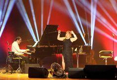 Sezen Aksu: Kan bağı olmayan kocaman bir aileyiz    Sanatçı Sezen Aksu, piyanist ve besteci Fahir Atakoğlu ve Ermeni asıllı ud sanatçısı Ara Dinkjian'ın eşliğinde başkentteki müzikseverlere konser verdi.    Congresium'da 'Avea Sıra Dışı Müzik Konserleri' kapsamında sahne alan Sezen Aksu, konser sırasında yaptığı konuşmada, sanat hayatı boyunca şarkılarının kendisine ve dinleyicilere çok iyi geldiğini söyledi.