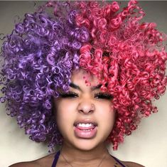 15 fall hair colors & ideas using only temporary hair dye that comes off after one wash. Suitable for anyone who wants a different hair color everyday. Colored Curly Hair, Black Curly Hair, Short Curly Hair, Curly Girl, Curly Hair Tips, Curly Hair Styles, Natural Hair Styles, Dyed Natural Hair, Dyed Hair