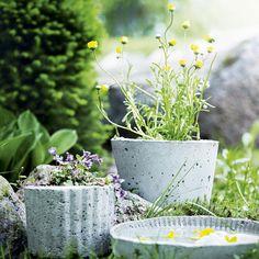 Kukkaruukku betonista - flower pot, made of concrete Concrete Pots, Cement, Flower Pots, Flowers, Greenery, Mosaic, Recycling, Home And Garden, Homemade