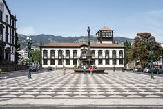 Visiter Funchal, la capitale de Madère - via Miles & Love 04.06.2015 | Funchal est une ville de montagne. Partout où tu regardes (et le spectacle est encore plus saisissant vu de l'océan) les maisons semblent s'agripper à la falaise. Et là où les hommes n'ont pas réussi à construire, tout autour, on découvre une végétation abondante, des jardins fleuris et des terrasses cultivées, donnant à l'ensemble un cachet incroyable. #madeira #portugal #voyage Photo: Câmara Municipal do Funchal