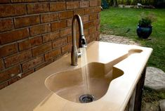 Mississippi based Pearidge Concrete created a custom Guitar Sink.It's a 8 foot long sink that has a guitar-shaped basin. It is an outdoor sink sitting on a custom rustic cabinet made from salvaged wood from older homes. Lavabo Design, Washbasin Design, Sink Design, Kitchen Design, Modern Kitchen Sinks, Modern Sink, Modern Bathroom, Music Furniture, Outdoor Sinks