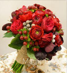 Красная садовая роза, ранункулус, ягоды брунии и гиперикума