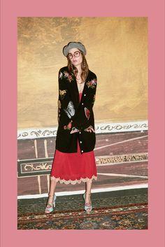 Guarda la sfilata di moda Gucci a Milano e scopri la collezione di abiti e accessori per la stagione Pre-Collezioni Autunno-Inverno 2016-17.