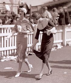 Two Unknown Women 1932 *vintage leavers* 1930s Fashion, Retro Fashion, Vintage Fashion, Womens Fashion, Fashion Fashion, Vestidos Vintage, Vintage Dresses, Vintage Outfits, Glamour Vintage