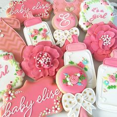 Another fun & girlie baby shower set PS - I tried my hand at piping giant flowers for the first time...y'all make them look so easy! Watched @sugarbylyndsie video over & over. I still need more practice but I really love them!