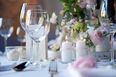 Eine zarte Farbpalette, bei der Weiß-, Creme- sowie dezente Rosatöne perfekt kombiniert werden. Dadurch entsteht ein harmonischer Mix aus verschiedensten Dekoelementen für eine traumhafte Hochzeitsdekoration im Blush Mix-Stil.   _____  Fotografie: Bianca Fioretti Creme, Table Decorations, Home Decor, Pink, Paint Palettes, Getting Married, Decorating Ideas, Decoration Home