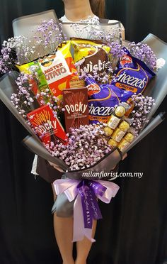 Candy Bouquet Diy, Food Bouquet, Gift Bouquet, Chocolate Wrapping, Chocolate Gifts, Creative Gift Wrapping, Creative Gifts, Food Gifts, Diy Gifts