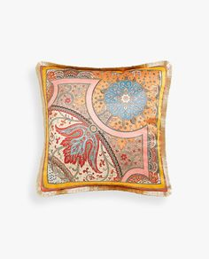 Stay up to date with cushions and decorative pillows from the new Zara Home collection. Floral, gray, white, golden or blue throw pillows and cushion covers. Blue Throws, Blue Throw Pillows, Toss Pillows, Throw Pillow Covers, Duvet Covers, Zara Home Collection, Printed Cushions, Giraffe Print, Paisley