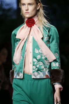 See all the Details photos from Gucci Spring/Summer 2016 Ready-To-Wear now on British Vogue Gucci Fashion, Couture Fashion, Runway Fashion, Fashion Show, Womens Fashion, Fashion Spring, Milan Fashion, Fashion Trends, Fashion Images