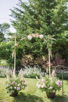 Uen vue d'un jardin avec une arche de mariage simple