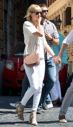 Taylor Swift in a cream short-sleeve top, white jeans, cross body bag and heels - click through for more summer outfit ideas!