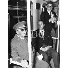 Fotos antiguas de Madrid - Página 21 - ForoCochesFranco viajando en Metro, agarrado por si vienen curvas. 1973.