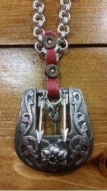 Western Buckle with Arrows, pistol charm necklace Style Jewelry Weird Jewelry, Jewelry Show, Hippie Jewelry, Jewelry Accessories, Jewelry Making, Leather Necklace, Leather Jewelry, Metal Jewelry, Silver Jewelry