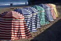 colorida gama de tiendas de campaña en la playa en Biarritz, País Vasco, Francia  Foto de archivo - 7920353