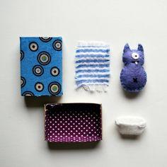 Sag mir, was für ein Kind nicht will ein klitzekleine kleines Monster-Baby, das passt alles gemütlich und glücklich in seine eigene kleine Matchbox-Bett?    Diese adorable kleines Monster ist aus immergrün Wollfilz gefertigt und trägt eine weiße Wolle Filz-Windel, die abnehmbar ist. Das Monster ist 2 cm lang und passt perfekt in eine standard-Größe-Streichholzschachtel. Die Matchbox ist mit einem blauen Punkt drucken, und die Innenseite des Kastens ist mit einem lila Polka Dot Stoff…