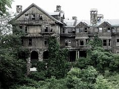 """I would love to explore this house! It makes me think of """"Miss Peregrines Home for Peculiar Children"""""""