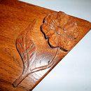 Taca tak samo jak rzeźbienia wykonane są ręcznie w naszej pracowni. Deskę wykonano z drewna dębu. Rzeźbienia sprawiają, że wyrób ma swój indywidualny wygląd dzięki czemu stanowi ciekawą ozdobę w...