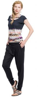 Jerseyhose lang in Kombination mit einem gemusterten Shirt mit Bubikragen von MODEE