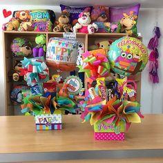 Nuevos modelos de arreglitos ✨🎈 Balloon Box, Balloon Gift, Balloon Bouquet, Balloon Ideas, Candy Trees, Candy Flowers, Food Bouquet, Candy Bouquet, Birthday Candy