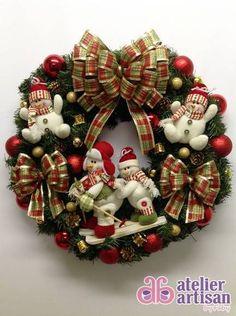 GUIRLANDA NATALINA (com e sem iluminação de LED) <br> <br>Natal esta chegando? <br>É hora de decorar a sua residência, comércio, etc? <br>Então vamos decorar a sua porta de entrada com uma GUIRLANDA LINDA!!! <br> <br>DESCRIÇÃO: <br>Guirlanda (n. 13) de 60 x 60 cm, decorada com dois lindo Boneco da Neve esquiando de 21 cm altura, e 02 bonequinho da neve, e vários tamborzinhos, pinhas, bolinhas vermelha e dourada, Pequenos 16 cm altura, e para finalizar fitas aramadas que não deformam…