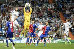 El portero del FC Basilea, Tomas Vaclik atrapa el balón ante la presencia del delantero francés del Real Madrid, Karim Benzema