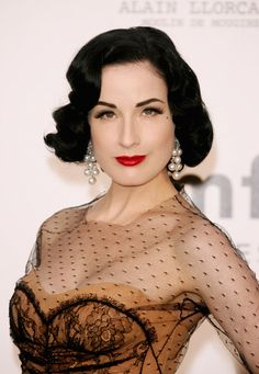 dita von teese-vintage style Cannes - Arrivals At Cinema Against AIDS 2007 Benefiting amfAR 1950s Hairstyles, Modern Hairstyles, Party Hairstyles, Vintage Hairstyles, Beautiful Hairstyles, Bob Hairstyles, Rockabilly Mode, Rockabilly Fashion, Estilo Pin Up