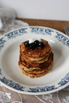 easy weekend banana oat pancakes - OF voeg alles samen de dag voordien met hele havermout vlokken en mix 's morgens