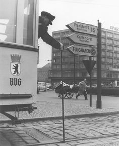Strassenszene am Alexanderplatz Strassenbahn Linie 22 1959