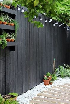 Modern garden makeover & Growing Spaces Modern garden with black fencing and white pebbles & Growing Spaces Backyard Fences, Front Yard Landscaping, Landscaping Ideas, Backyard Privacy, Outdoor Landscaping, Cheap Privacy Fence, Acreage Landscaping, Yard Fencing, Patio Fence