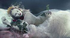 アートやファッション系の水中写真を集めた写真集なんかあったら売れるのになと考えている今日この頃です。以前、ご紹介したフォトグラファーの違う写真シリーズをご紹介します。 水中で結婚式!?ウェディングドレスを着た女性を水中で撮影した写真作品 水中での写真撮影を専門とする水中写真家Zena Hollowayさんの写真シリーズ「Dream Weavers」です。 1973年バーレンに生まれ、ロンドン育った写真家で、様々なシチュエーションで水中で作り出し写真を撮影しています。 水面から降り注ぐ光が神秘的で時が止まったような美しさがありますね。以前ご紹介した水中写真も