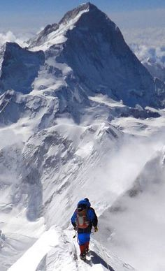 Mount Everest is also known as sagarmatha in Nepal. Mount Everest is the world highest mountain in the world and it is located in the Himalayas region. Mountain Climbing, Rock Climbing, Alpine Climbing, Places To Travel, Places To See, Climbing Everest, Nepal Trekking, Escalade, Photos Voyages