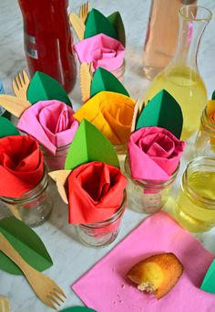 more and more crafts: Create beautiful party decorations using paper napkins Half Pint Mason Jars, Serviettes Roses, Paper Napkin Folding, Folding Napkins, Partys, Guest Towels, Paper Roses, Diy Party, Beautiful Roses